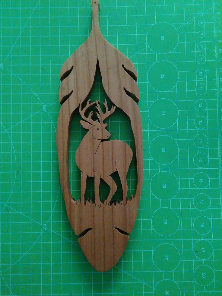 Cervo all'interno di una foglia. In legno di ciliegio, tagliato al traforo.  Wall decoration: deer in a leaf.