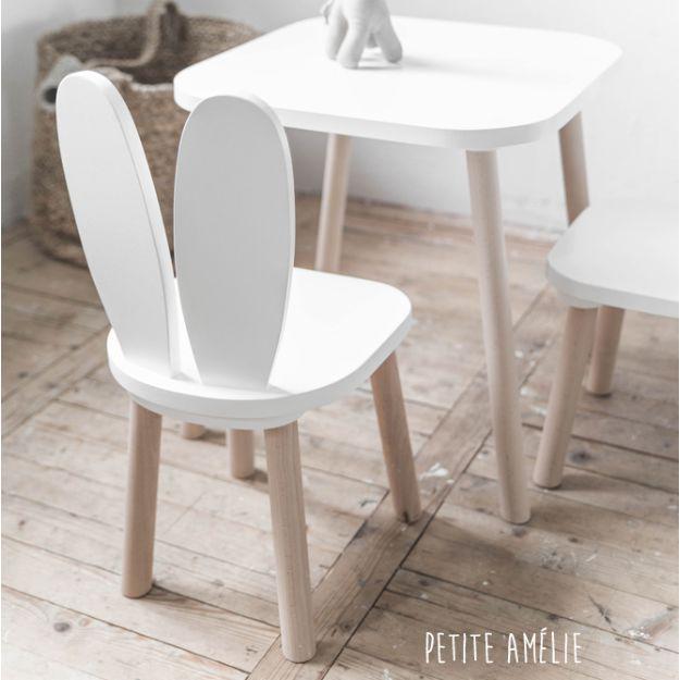 Deze stoeltjes met konijnenoortjes zijn bijna te mooi om te verstoppen op de kinderkamer, dus ook in de woonkamer een eyecatcher, via Petite Amélie.