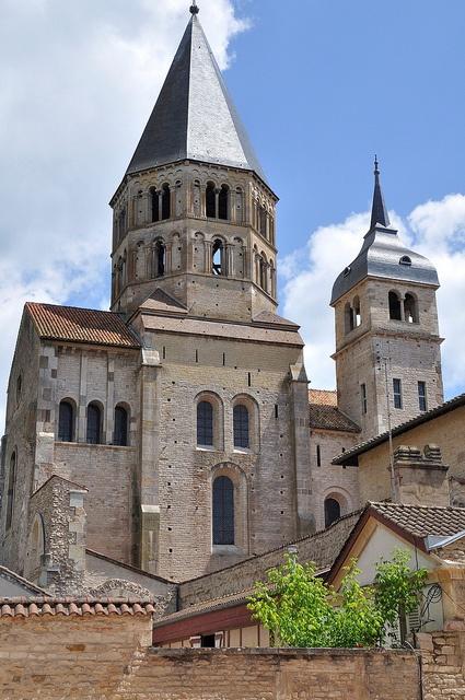 Abbazia di Cluny, fondata nel 909 quando il duca di Aquitania e Alvernia (nella Francia centrale), Guglielmo I detto il Pio, fece dono di un grande possesso fondiario a un abate, Bernone, che fu incaricato di costruirvi un monastero..