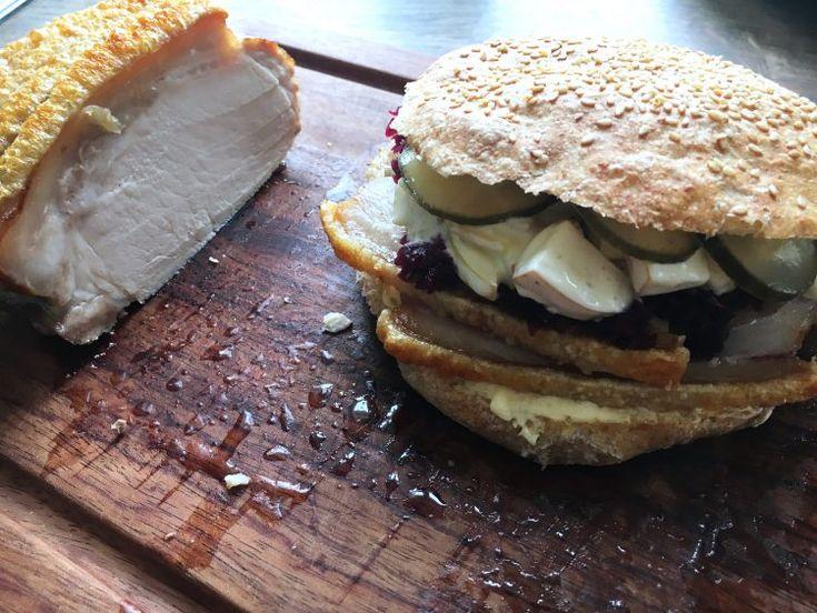 Flæskestegssandwich med sprøde svær, æbledressing, rødkål og hjemmebagte grove sandwichboller - få den nemme og lækre opskrift her.