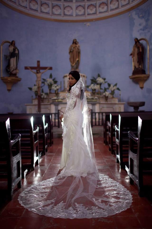 Esta es una de mis clientas el día de su boda, su velo es uno de los muchos modelos que manejo