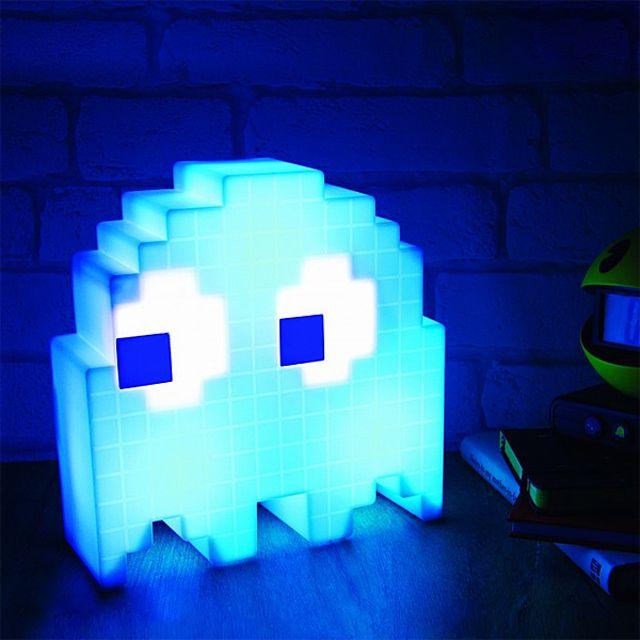 パックマンの敵であるゴーストの形をしたUSBランプ「Pac-Man USB Ghost Lamp」の紹介です。16のカラーバリエーションがありシームレスに変化するオンモードと、音感センサーが周囲の音に反応して光りだすパーティーモードを搭載。音楽に合わせてゴーストの色が変わります。アメリカのサイトthink geekにて購入可能1