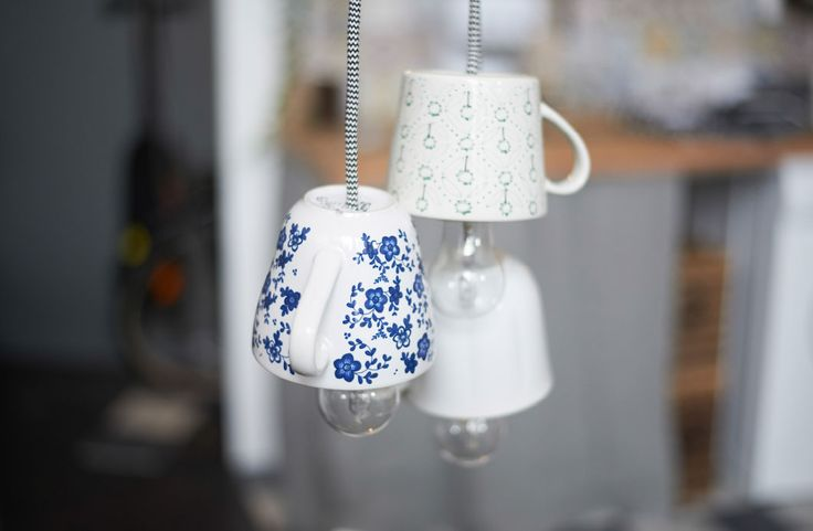 Trois tasses en porcelaine utilisées comme lampes