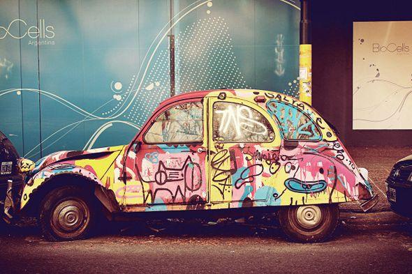 Eduardo Fialho est un directeur artistique brésilien. Dans cette série, il nous emmène dans un voyage temporel à travers les rues de Palermo Viejo.  Ces clichés sont un hommage aux anciennes voitures qui sont laissées à l'abandon dans les rues de Buenos Aires.