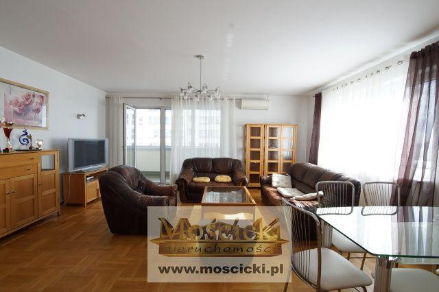 Do wynajęcia od zaraz komfortowe 4 pokoje na Mokotowie!!Pow. 135 m2/ salon połączony z aneksem kuchennym, trzy sypialnie, dwie łazienki/ wanna, kabina prysznicowa/ odzielne wc, garderoba, przestronny hol, dużu balkon.Całkowicie umeblowana i wyp...