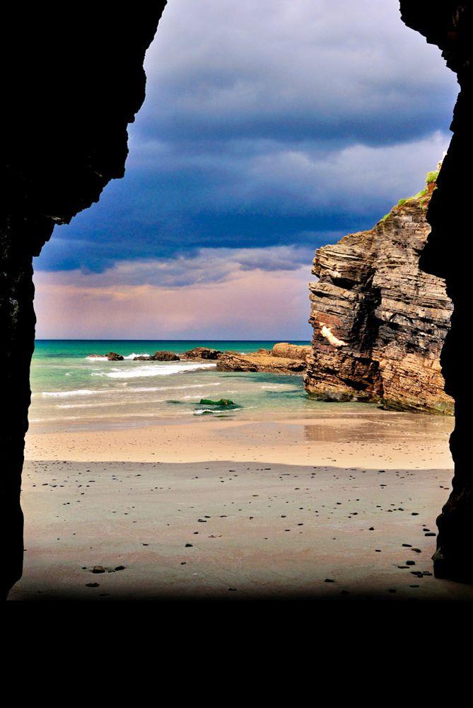 """- Galicia Playa de las Catedrales, o la 'playa de las catedrales """", cuyo nombre oficial es' Praia de Augas Santas ', es una playa en el noroeste de España, en la región de Galicia. La ubicación es conocida por sus arcos naturales y cuevas. Estos pueden ser vistos sólo en baja marea . Durante baja la marea se puede apreciar el tamaño y la magnificencia de los acantilados Ha sido declarado Monumento Natural de esto hace que esta playa uno de los mejores en España."""