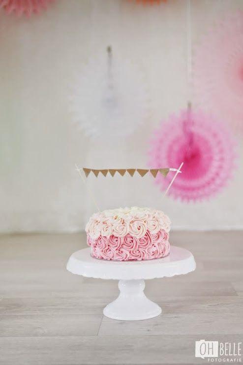 Cake Smash taart meisje met vlaggetjes  http://www.ohbelle.nl/cake-smash-fotoshoot-veenendaal/