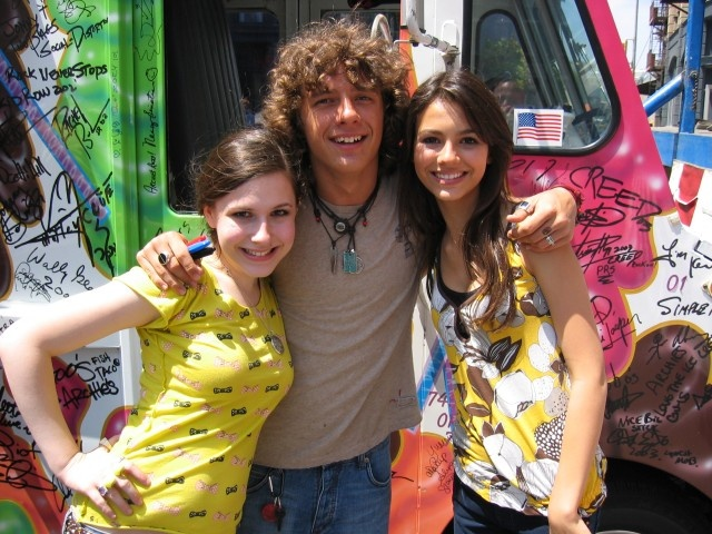 Matthew Underwood with Erin Sanders and Victoria Justice  Zoey 101... Miss that show