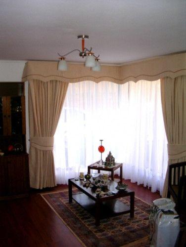 ventana en L : cortina de lino visillo en riel  cortina de chenille beige  cenefa acolchada al techo decorada con pasamaneria cafe moro | soledadcortinas