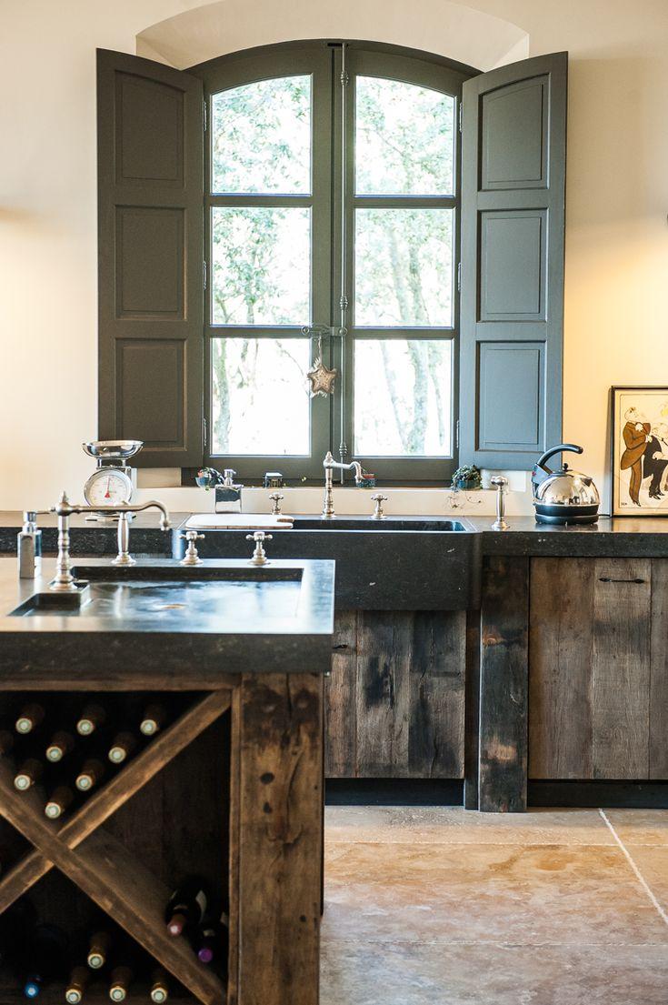 Provence Kitchen - Old materials Cuisine réalisée en vieux chêne Plan de travail en pierre bleue de Belgique #Cuisine #contemporaine #provence #romantique Laurent Passe Kitchen