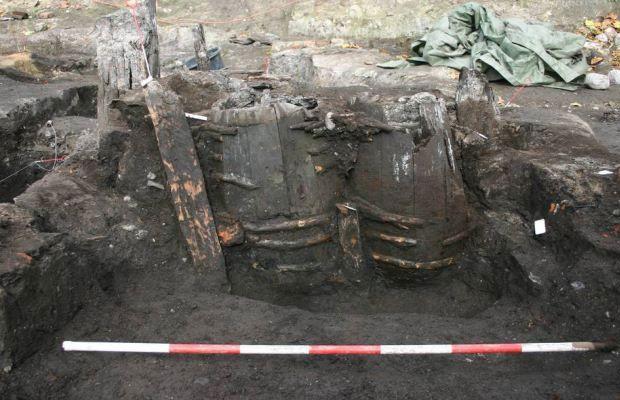 """blogAuriMartini: Arqueólogos encontram banheiro do século 14 com excrementos em """"excelente estado"""" http://wwwblogtche-auri.blogspot.com.br/2014/04/arqueologos-encontram-banheiro-do.html"""