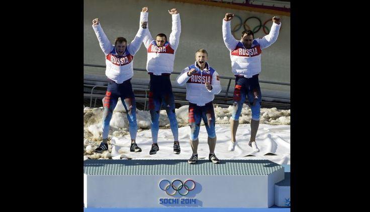 El equipo Ruso de descenso en trineo, celebran las medallas de oro
