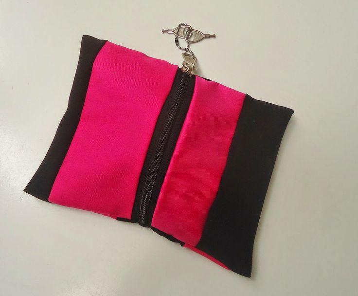 DIY mini zakje gemaakt met restjes roze en zwarte stof EN rits met slotje!