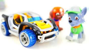 Видео про машинки. Щенячий Патруль собирает конструктор гоночный автомобиль http://video-kid.com/10389-video-pro-mashinki-schenjachii-patrul-sobiraet-konstruktor-gonochnyi-avtomobil.html  Видео для детей, которые любят игрушечные конструкторы и машинки. Сегодня герои мультфильма Щенячий Патруль, Рокки и Зума, будут собирать из конструктора игрушечный автомобиль. Коробку с новым конструктором нашел Рокки. Он аккуратно распаковал коробку. Распаковка - это просто, а вот, что делать с деталями…