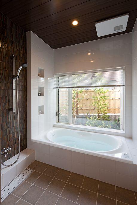 タイル貼りの造作バスルーム。窓の形やニッチ(くぼみ)を自由にデザインできます。もちろん浴室用暖房換気乾燥機付です。|インテリア|タイル|ナチュラル|