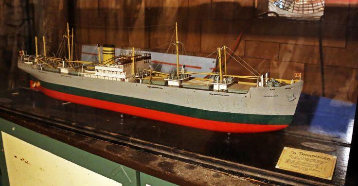 NORSK: I lokalet står også denne skpsmodellen av Bergensskipet MS «Trondager». Foto: EIVIND PEDERSEN