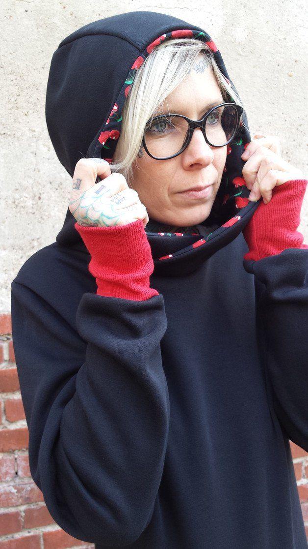 """Unser Kirsche Hoodie-Kleid """"Sam"""" ist aus einem leichten, etwas dehnbaren, kuschelweichen, schwarzen Sweatshirtstoff. """"Sam"""" ist körpernah und hat dennoch eine gemütliche Passform.  Die Länge des..."""