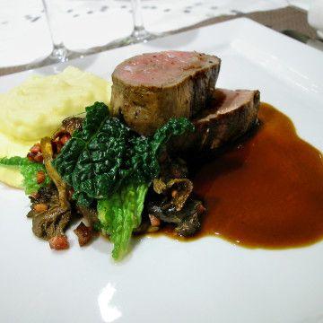 Örtstekt kalvfilé med potatis- och tryffelcremé, sallad på kål, kantareller och sidfläsk - Recept - Tasteline.com