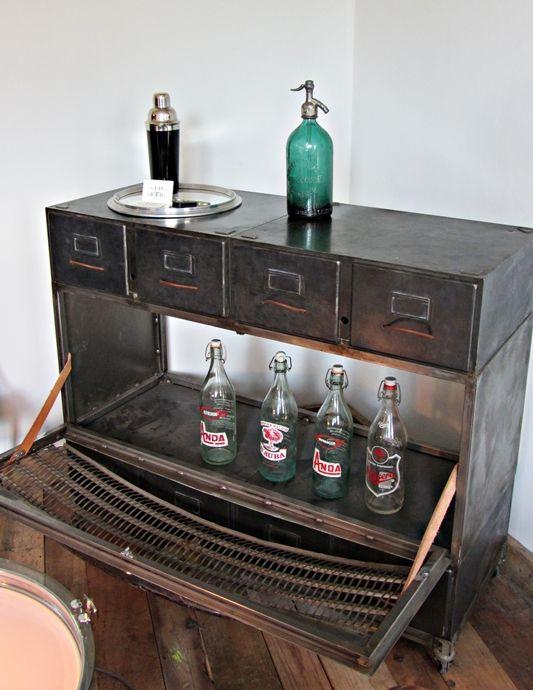 Mueble bar de hierro creado a través del radiador de un Porsche Obra
