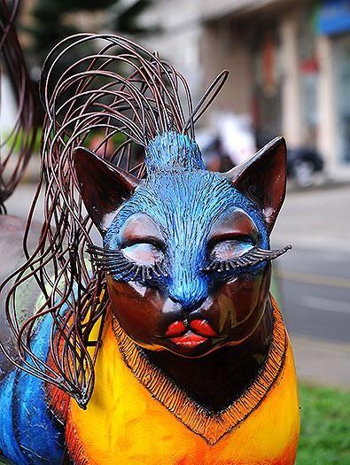 El 3 de julio de 1996 el maestro Hernando Tejada le regaló a Cali su propio gato. Este domingo, el felino cumplirá 20 años custodiando las orillas del río Cali. Desde allí, maullando en silencio, el Gato ha visto crecer a la ciudad.