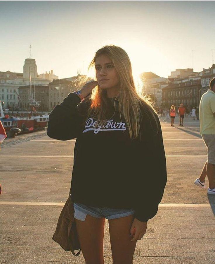DOGTOWN REBAJADA   www.olddogs.es  .  Precio especial  Aún quedan algunas sudaderas Dogtown en color azul y burdeos en nuestra web  @anita_tembleque  @errecebe  #olddogs #coruña #galica #skate #hiphop #rap #odcfam #odcambassador #dogtown #streetwear #streetstyle #girl #odcworlddomination
