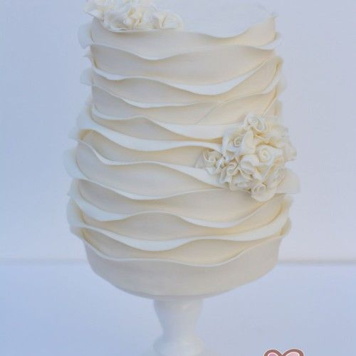 Fodros hullámos esküvői torta