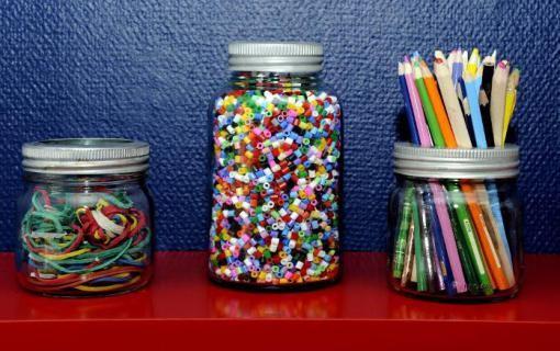Få full kontroll på barnerommet eller i det kreative hjørnet. Fyll Norgesglassene opp med diverse innhold og la stå. Dekorativt, praktisk, fantastisk! (Av Myriam)