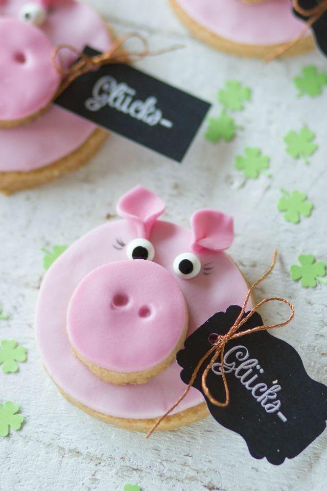 Eine große Portion Glück für das neue Jahr kann wohl jeder gebrauchen, oder?! Hier eine Anleitung wie ihr zuckersüße Glückschweinchenkekse für eure Silvesterparty oder als Mitbringsel gestalten könnt.