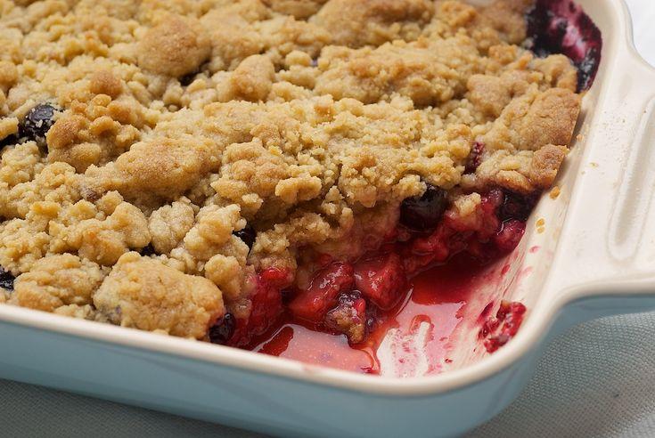 Mixed Berry Cobbler is een heerlijk feest van verse bessen met een zoete vanille schoenmaker topping.  Een zomer dessert must!  - Bak of Break
