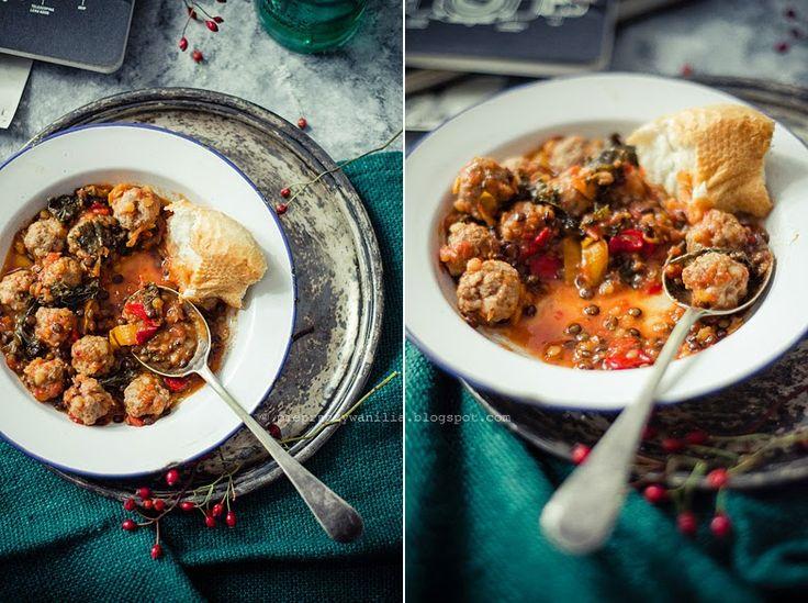 """Pulpeciki w sosie pomidorowym, z soczewicą, jarmużem i papryką (4 porcje)  4 szt. surowej białej kiełbasy 2 papryki (np. czerwona + żółta) 2-3 liście jarmużu 1 cebula 2 ząbki czosnku 3 łyżki oliwy / oleju (do smażenia) szczypta suszonego chili (u mnie Piment d'Espelette) – ilość dozować do smaku, ja lubię na ostro 1/3 łyżeczki suszonego majeranku ½ łyżeczki suszonego oregano 1/3 łyżeczki suszonego cząbru 2 listki laurowe 50g zielonej soczewicy """"Dupuy"""" 3 łyżki czerwonej soczewicy 400g pulpy…"""
