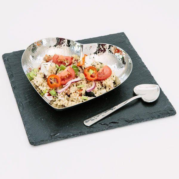 Romantico ed elegante, questo piatto a forma di cuore in acciaio inox è dotato di un cucchiaio della stessa forma e di una base in ardesia naturale. <br><br> Perfetto per accompagnare cene a lume di candela e per aggiungere un tocco di dolcezza a ogni tavola.