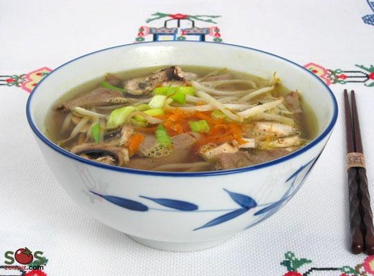 Soupe orientale au poulet et légumes : Bouillon de poulet avec légumes, minces tranches de poulet et vermicelles.    Une soupe-repas, inspirée de la fameuse soupe tonkinoise, idéale pour utiliser les restes de fondue chinoise.