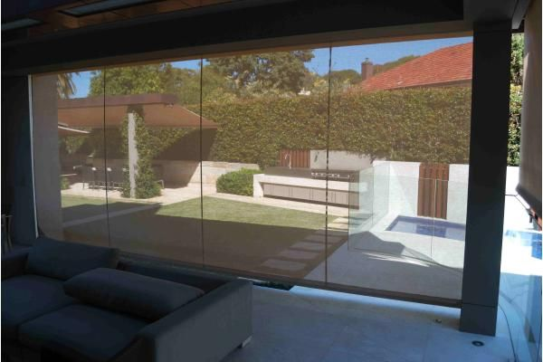 Retracting side screens in shade mesh provide sun protection