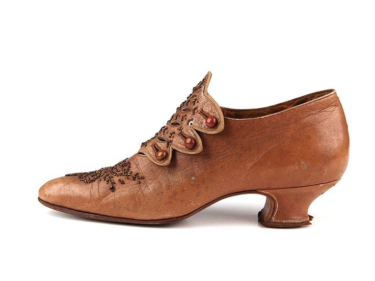 Tan pumps with low Louis heels, scalloped button down tongue and metal beading, France, c. 1905-10