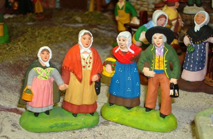 Ce couple de Bastidanes (santon Carbonel) est venu en compagnie de leurs voisins (santon Coulomb)