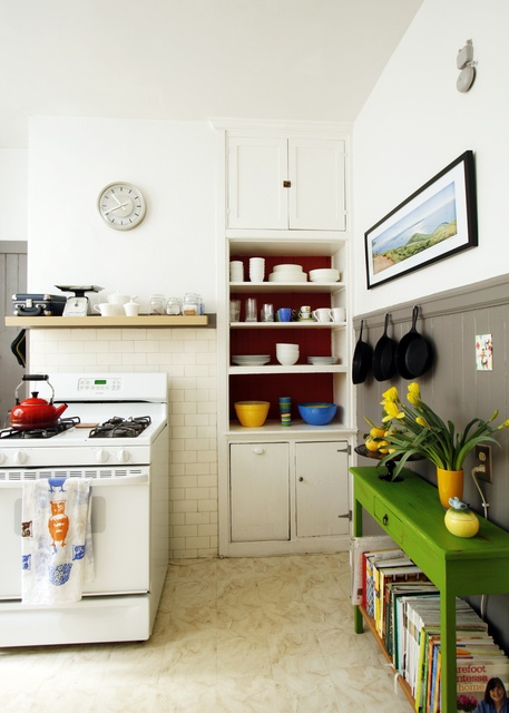 love that greenBlank Wall, Kitchens Design, Open Shelves, Modern Apartments, Green Tables, Colors Kitchens, Rustic Modern, Modern Kitchens, Kitchens Tools