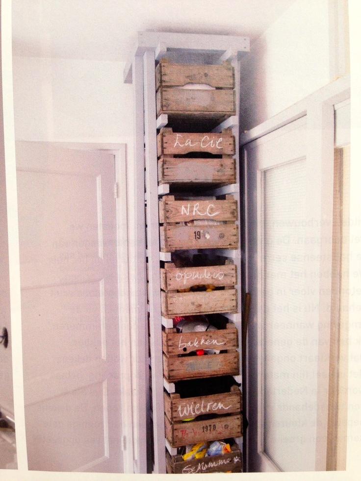 Kast met houten kratten / bananendozen / plastic kratjes