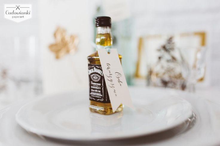Looking for wedding favors that your guests will want to stash?Wedding thank-you gifts for parents or guests. Labels for small bottle of whiskey. / Świetny pomysł na prezent dla Twoich gości weselnych - mała buteleczka Jack Daniel's z etykietką.