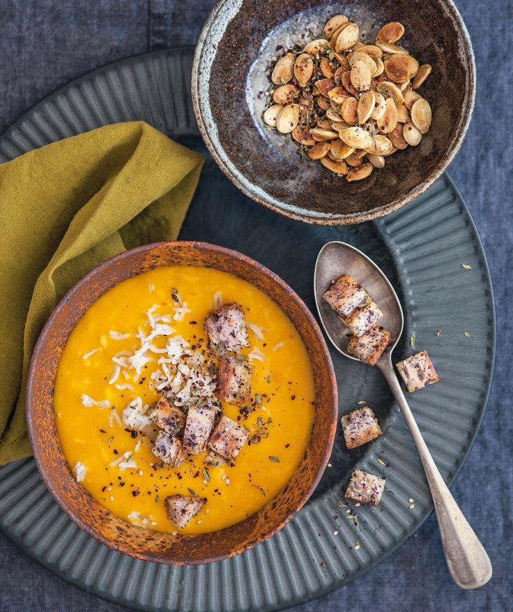 Gli amanti delle spezie gradiranno molto questa zuppa di riso e zucca dal sapore mediorientale.
