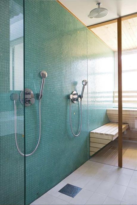 På ett relativt litet utrymme har Svante skapat tre olika avdelningar åtskilda av glasdörrar. Våtde...