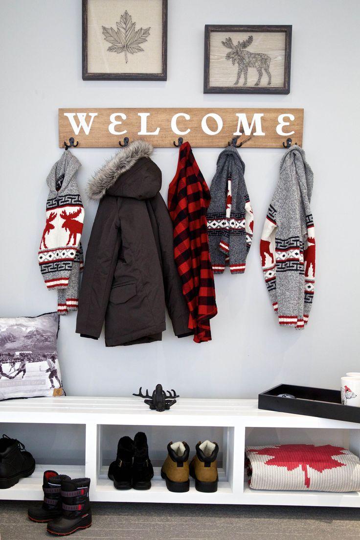 Une entrée accueillante qui est à la fois fonctionnelle pour votre famille et tendance pour vos invités. #DécorationPourLaMaison #vestibule #SolutionsDeRangement #DécorDAutomne #IdéesDeDécoration #IdéesDeRangement #TrucsPourRedécorer