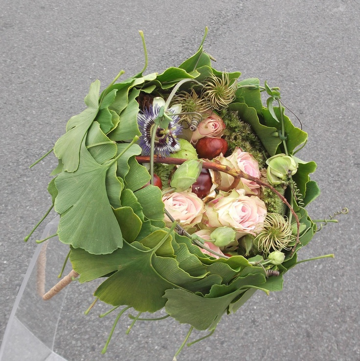 Laura Leong combines ginko leaves, clematis seed heads, pink roses, passion flower and horse chestnuts.