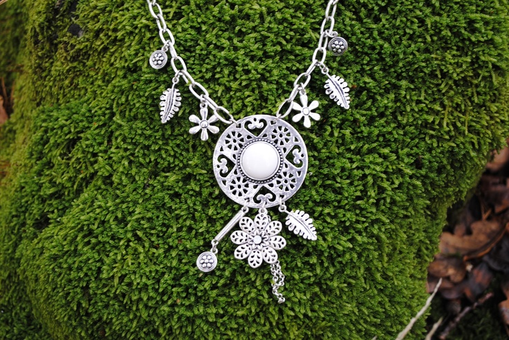 Romantic summer necklace. 159 SEK  http://www.jerikascorner.se/halsband-berlock/24-0