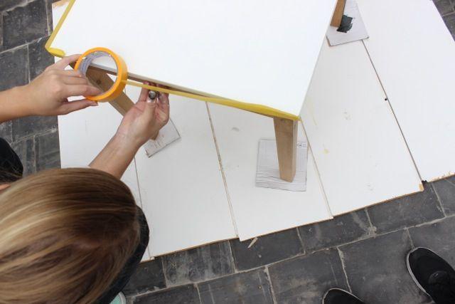 Stap 4: Plak de randen van het tafelblad af zodat je aan de poten kunt beginnen.
