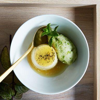Ta vara på säsongens äpplen och gör en syrlig äppelsorbet som förutom färska gröna äpplen innehåller äppelmust och citronjuice. Kombinera med den lenaste av puddingar smaksatt med äkta vanilj. Skala äpplena om du föredrar en helt igenom slät sorbet.