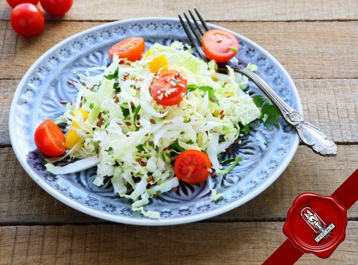 Салат из пекинской капусты вкусно дополнит основное блюдо и станет полезным вариантом для перекуса.  Ингредиенты:  1 кочан пекинской капусты  10 шт. помидоров черри  1 луковица укроп,оливковое масло  1 ст.л. лимонного сока соль, перец по вкусу Как приготовить салат из пекинской капусты с помидорами: Нашинкуй капусту, нарежь лук тонкими кольцами, а помидоры — половинками. Смешай овощи, приправь. Заправь оливковым маслом и соком лимона, добавь зелень и перемешай.