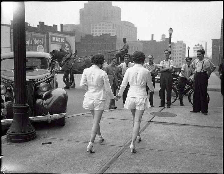 Deux jeunes femmes montrent leurs jambes à découvert en public pour la première fois dans les rues de Toronto. (1937)
