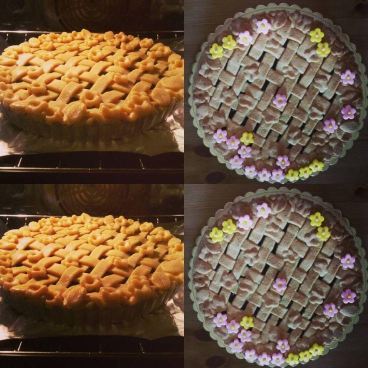 Strawberry pie....con decorazioni in pasta da zucchero fatte dalle manine di Emma... Oggi doppia dedica: Per la sua amichetta Barbara che l'ha voluta come dolce di compleanno e per la mia ex alunna Martina che è partita per un sogno... Per voi tante fragole fiori e intrecci di pasta frolla! #pie #compleanni  #partenze #sogni #menz&gasser