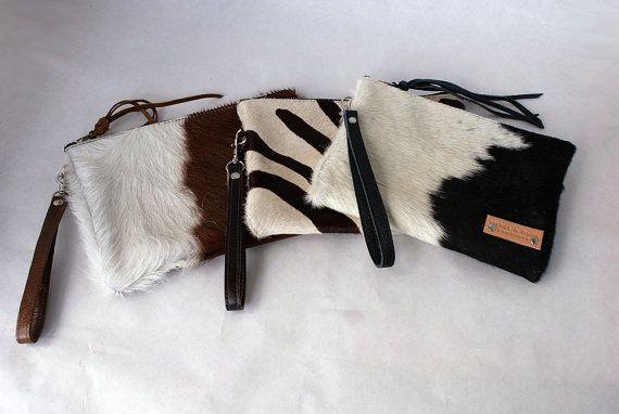 Koe haar koppeling - lederen tas - iPad Mini schoudertasje - Tech mouw - Womens Handgemaakte handtassen - koe haar tas - avond koppeling - rijgtasje - Womens tas - verwijderbare schouderriem leerriem  Koe onthaarde verbergen leder - zwart / wit (haar patroon plaatsing zal variëren)  Eindeloos veelzijdig - dag aan nacht mode.  Stijlvolle avond koppeling met verwijderbare schouderriem riem. Dit is een zeer ruime koppeling. Het ontwerp kunt u al uw essentials met u voeren.  Groot dragen alle…