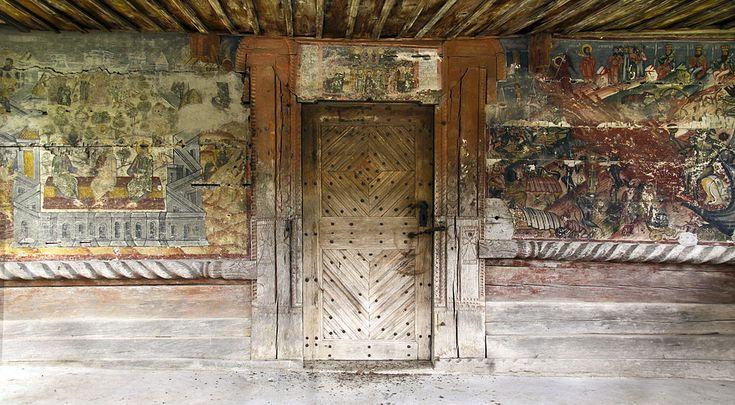 """Intrarea în Biserica de lemn din Jupânești, Argeș cu hramul """"Înălțarea Domnului""""."""